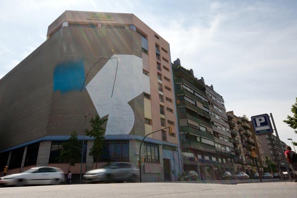 Momo pintant l'edifici de Telefonica al Carrer Barcelona de Girona
