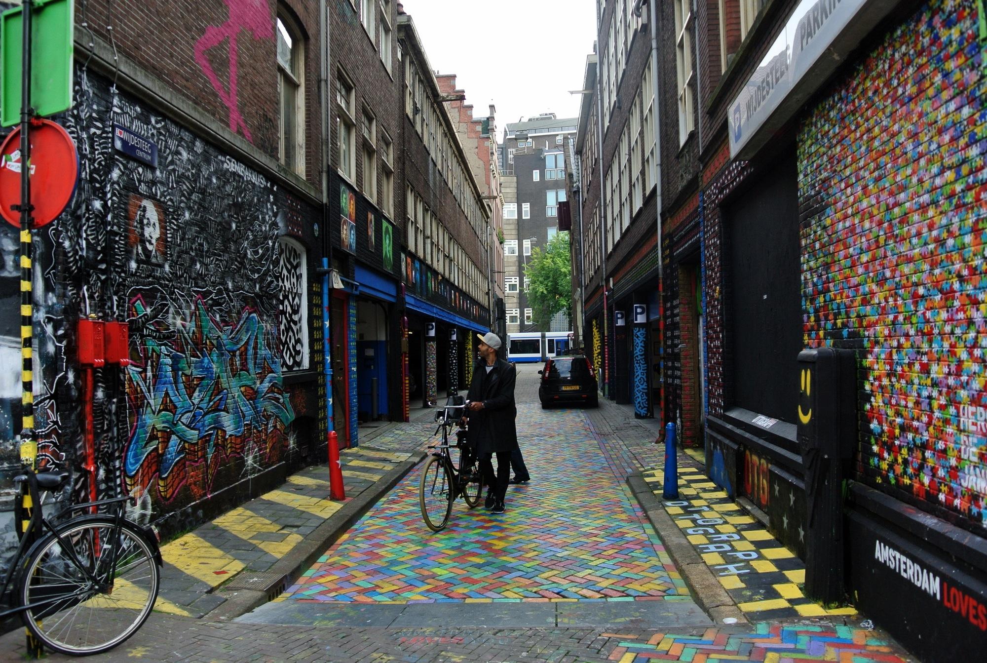 El callejón Wijdesteeg en una de los lugares  más coloridos de la ciudad de Ámsterdam