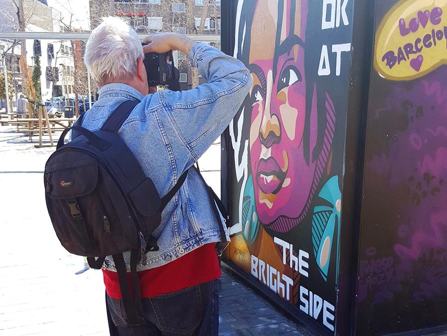 LLuís Olivé a la caza del arte urbano de su barrio. Foto: JC de Estal